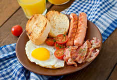 English breakfast - toast, egg, bacon and vegetables Stock Photography