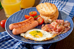 English breakfast - toast, egg, bacon and vegetables Royalty Free Stock Photography