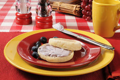 English muffin with blueberry cream cheese Royalty Free Stock Photography