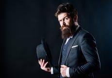 englishman Biznesmen w kostiumu Sekret nieśmiały Męska formalna moda Brutalny caucasian modniś z wąsem Detektyw wewnątrz zdjęcie royalty free