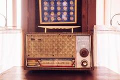 Engodo retro rústico do interior da casa de campo do rádio de transistor do vintage fotografia de stock royalty free