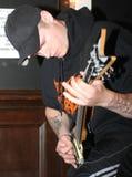 engorgement吉他弹奏者金属捶打 免版税库存图片