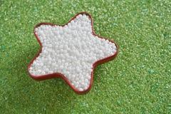 Engrais d'urée dans la forme d'étoile sur l'engrais vert de magnésium photo stock