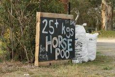 Engrais de cheval à vendre près d'une propriété de pays Photos stock