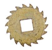 Engranaje aislado latón viejo con teeths curvados Foto de archivo libre de regalías
