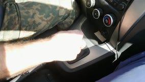 Engranaje de interruptores del hombre en el coche metrajes
