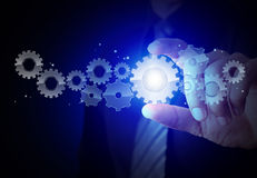 Engranaje de la demostración de la mano del hombre de negocios al éxito como concepto imagen de archivo