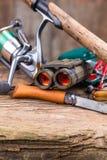 Engranaje de la pesca y del turismo en tablero de la madera Fotografía de archivo libre de regalías