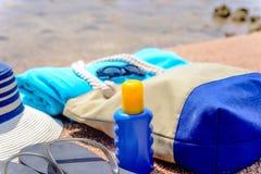 Engranaje de la playa en una playa tropical arenosa Foto de archivo
