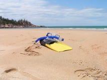 Engranaje de Snorkling en la playa Imágenes de archivo libres de regalías