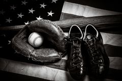 Engranaje del béisbol del vintage en un fondo de la bandera americana Foto de archivo libre de regalías