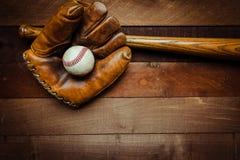 Engranaje del béisbol del vintage en un fondo de madera Imagenes de archivo