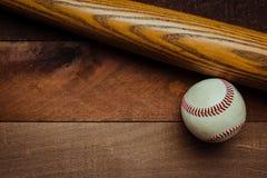 Engranaje del béisbol del vintage en un fondo de madera Foto de archivo libre de regalías