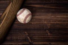 Engranaje del béisbol del vintage en un fondo de madera fotos de archivo