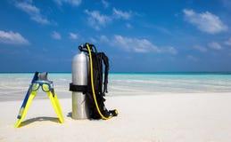 Engranaje del buceo con escafandra en la playa Imagen de archivo libre de regalías
