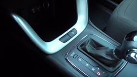 Engranaje del desplazamiento de hombre, cierre para arriba de la mano en el engranaje moderno autom?tico metrajes