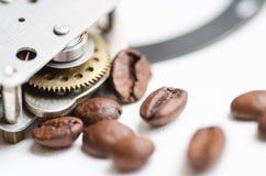 Engranaje, piñón, mecanismo y café Tiempo del café - tema de la rotura del cofee Imágenes de archivo libres de regalías