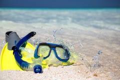 Engranaje que bucea en la playa Imagen de archivo