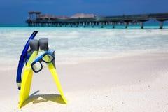Engranaje que bucea en una playa maldiva Imagen de archivo libre de regalías