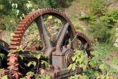Engranaje viejo mecánico en el medio del bosque imagenes de archivo