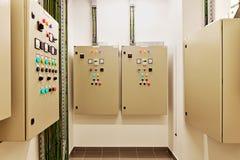 Engranaje y disyuntores eléctricos de interruptor que controlan la fuente del aire acondicionado, ligera y eléctrica de la corrie foto de archivo