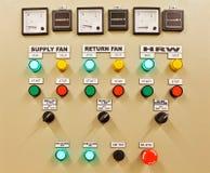 Engranaje y disyuntores eléctricos de interruptor que controlan la fuente del aire acondicionado, ligera y eléctrica de la corrie imagen de archivo