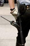 Engranaje y oficial de la seguridad en postura vigilante Fotografía de archivo libre de regalías