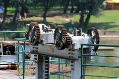 Engranajes aherrumbrados fuertes del metal usados para levantar y para bajar corriente de prevención plateada de metal a la presa imagenes de archivo