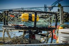 Engranajes del pescador en un puerto de Newport, Imagen de archivo