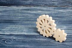 Engranajes del soporte de madera en un fondo de madera oscuro Concepto de tecnología y de industria, dirigiendo Piezas mecánicas, fotografía de archivo libre de regalías