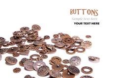 Engranajes dispersados del reloj del cobre del vintage y botones en forma de corazón en el fondo blanco con el espacio del texto imagenes de archivo
