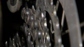 Engranajes giratorios de la bici con el cambio de cadena metrajes