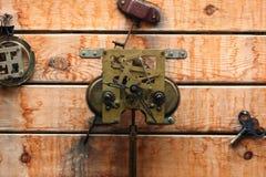 Engranajes mecánicos del reloj en la textura de madera Fotografía de archivo libre de regalías
