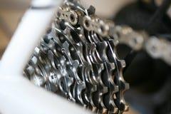 Engranajes y encadenamiento de la bicicleta Imagenes de archivo
