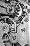 Engranajes y muelle principal en el mecanismo de un reloj Fotos de archivo