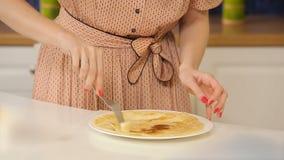Engrasar las crepes hechas en casa con mantequilla almacen de metraje de vídeo