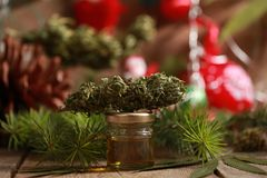 Engrase el cáñamo en una botella y el cáñamo en un fondo de la Navidad fotografía de archivo libre de regalías
