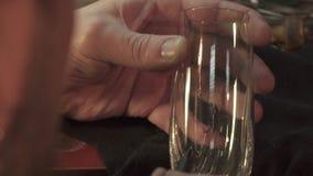 Engraver βάζει το σχέδιο στο γυαλί απόθεμα βίντεο