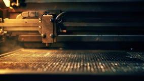 Engraver λέιζερ που χαρακτηρίζει την επιφάνεια μετάλλων απόθεμα βίντεο