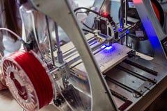 Engraver лазера гравируя деревянную доску Стоковая Фотография