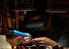 Engraver женщины на работе стоковая фотография