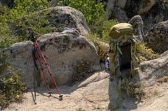 Engrenagem Backpacking em uma caminhada perto de Lake Tahoe imagens de stock
