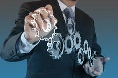 Engrenagem da mostra da mão do homem de negócios ao sucesso Fotos de Stock