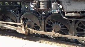 Engrenagem da movimentação da locomotiva de vapor na ação video estoque