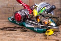 Engrenagem da pesca e do turismo na placa da madeira Foto de Stock Royalty Free