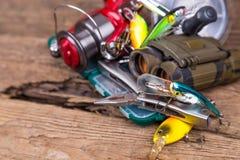 Engrenagem da pesca e do turismo na placa da madeira Imagem de Stock