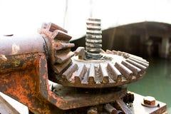 Engrenagem da polia conduzida para levantar o peso da porta de aço imagens de stock