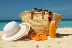 Engrenagem da proteção de Sun na areia Fotografia de Stock Royalty Free