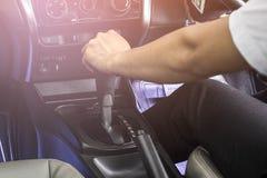 Engrenagem de deslocamento da mão masculina do motorista manualmente Fotografia de Stock Royalty Free