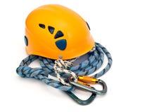 Engrenagem de escalada - carabiners, capacete e corda imagem de stock royalty free